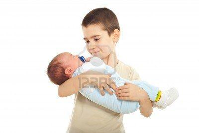 Colegial con su hermano recién nacido aislado sobre fondo blanco Foto de archivo - 9122460