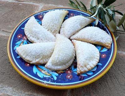 Ingredienti per 30 mezzelune 250 gr di ricotta fresca 250 gr di farina 00 (o manitoba) 100 gr di burro 3 cucchiai di zucchero a velo 3 cucchiaini di lievit