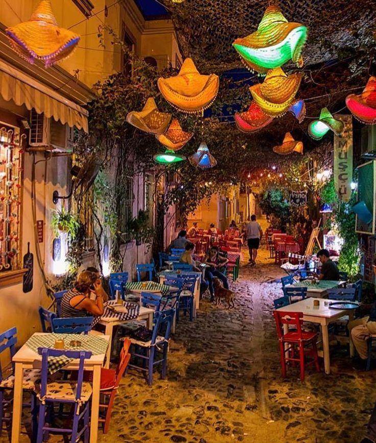 Az kaldı Cunda'nın renkli sokaklarına... Cunda adasında kışın çoğu restoran kapalı olsada alternatif bitmez tabiki, hemen Taş Kahve'ye kapağı atın. Sakızlı türk kahvesi sipariş edin, seyretmeye doyamadan batıyor buradan güneş. Günü burada bitirmek, bu renk ahengini izlemek içinizi ısıtsın, tüm yorgunluğunuzu alsın o sükunet.  Otel önerisi için www.kucukoteller.com.tr/cunda-adasi-otelleri.html Fotoğraf @kemakin #cunda #cundaadasi #ayvalik