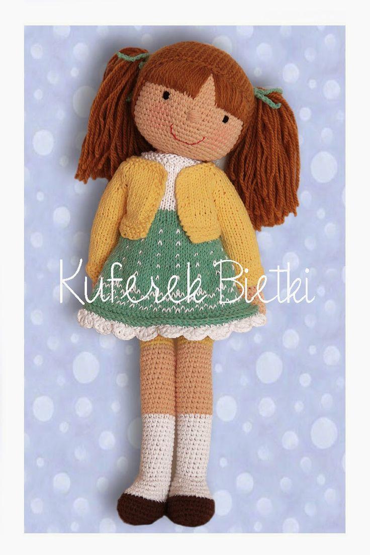 Andrika - lalka wykonana na szydełku. Lalka ubrana jest w sukienkę i sweterek wykonane ręcznie na drutach. Włosy lalki upięte są w kucyki...