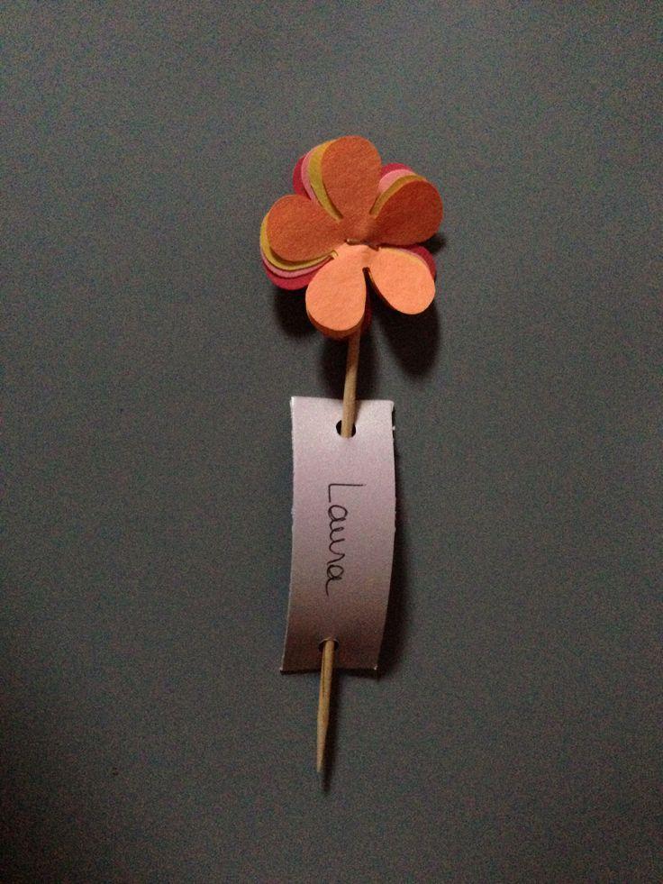 Marque place original petite fleur pic et étiquette au bout du pic on peut mettre un bonbon pour les plus gourmand
