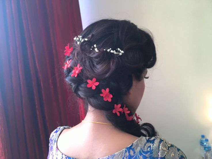 A slightly casual braid with a singular flower pleated along the length casually, is so simple and pretty