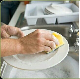 No abra la llave del agua al jabonar la loza o lavar verduras, un minuto de una llave abierta significan 10 litros de agua pérdida.