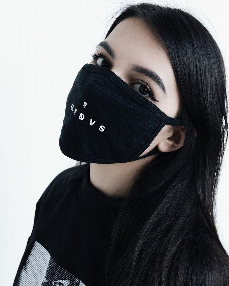 Фото в маске черной