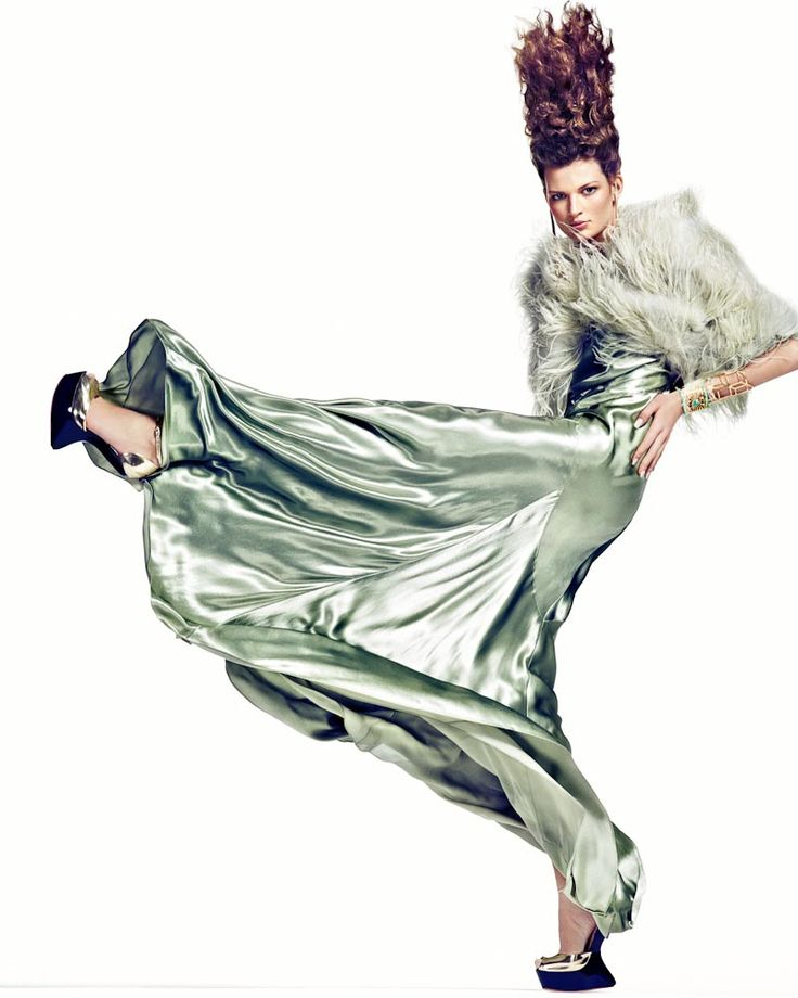 Fotograaf Marc de Jong heeft model Bette Franke vastgelegd als Dancing Queen in creaties van Gucci, Etro en Ralph Lauren, voorzien van veel tierelantijntjes om de bewegingen van het model te benadrukken. Fashion editor Marije Goedkoop heeft ook de styling voor deze shoot op zich genomen. De glam make up en het wilde, golvende haar dat erg Marge Simpson- geinspireerd is, is het werk van make up & haarstylist Irena Ruben.