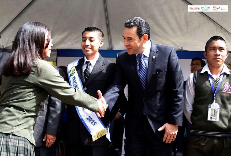 Presidenta del Gobierno Escolar saludando al presidente de Guatemala, durante el lanzamiento del manual para Gobiernos Escolares.
