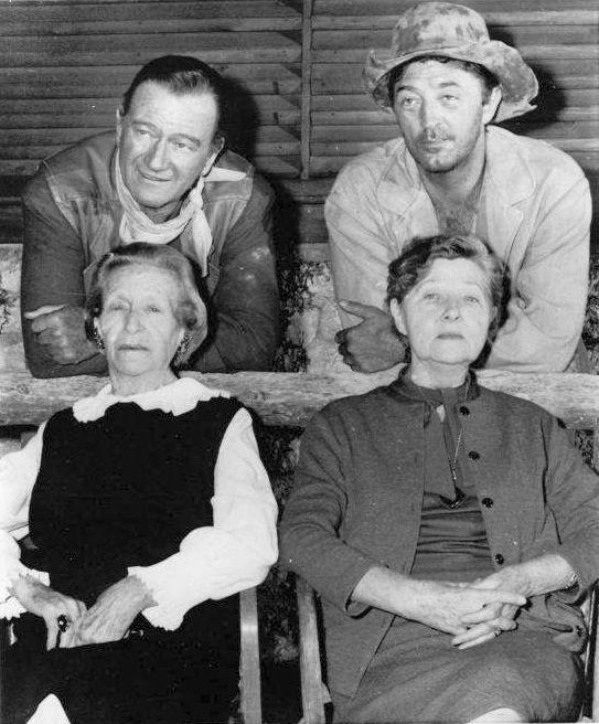 John Wayne y Robert Mitchum detras de sus madres en el set de El Dorado (1966).