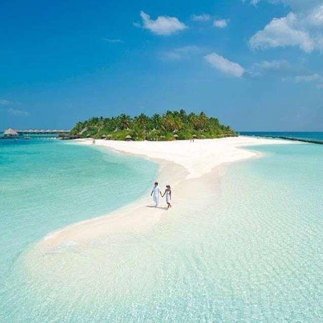Vilu Reef Beach and Spa Resort, Vilu Reef, Maldivas #Maldivas #pareja #paseo http://www.pandabuzz.com/es/imagen-ensueno-del-dia/resort-vilu-reef-maldivas