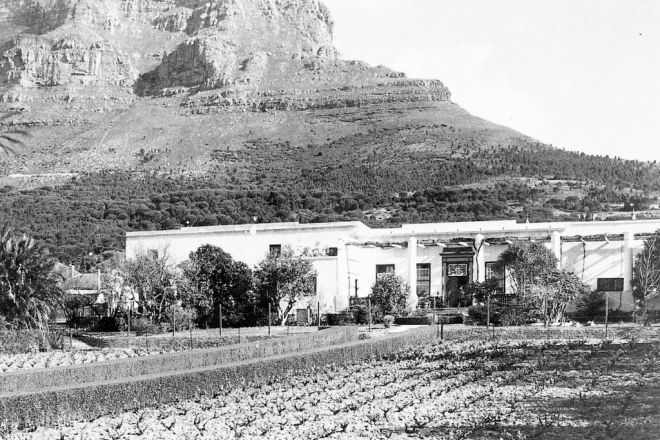 Welgemeend is one of the oldest surviving houses in Cape Town and was built in Gardens in 1700. This photo was taken in 1901.