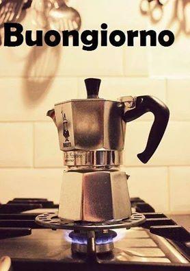 Moka Bar Coffee pot caffettiera bialetti in cucina sul fornello prima colazione Buongiorno