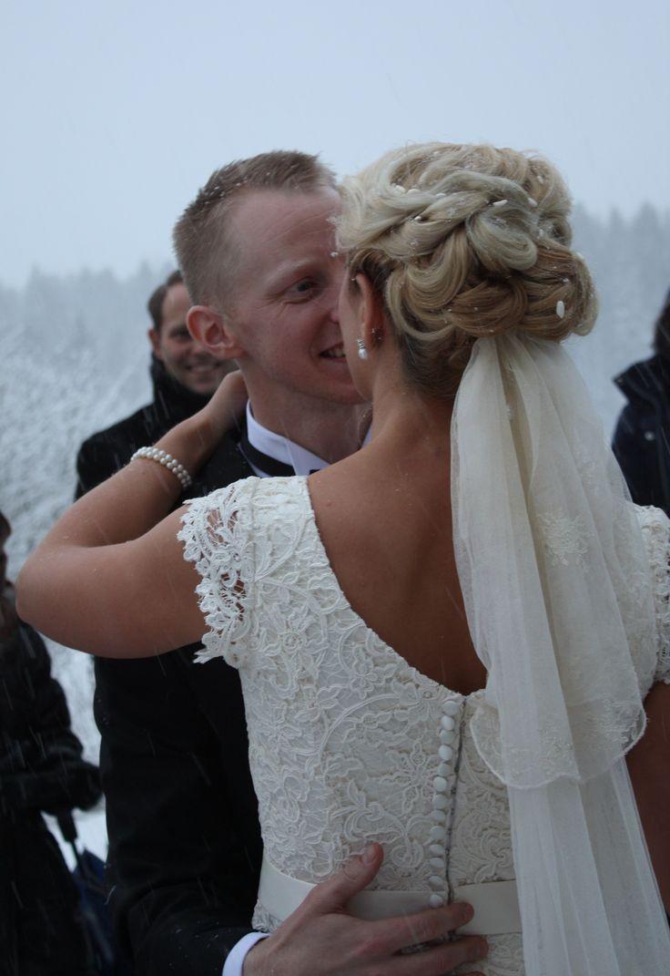 Brudklänning i sidensatin med exklusivt spetsliv från Grace of Sweden
