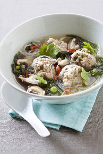 Een overheerlijke thaïse soep met gehaktballetjes, die maak je met dit recept. Smakelijk!