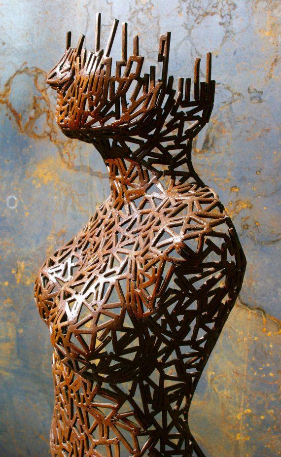 Vrouwe van mars is een stalen sculptuur van Scott Wilkes. Ze bestaat uit ongeveer 1000 kleine stalen stangen aan elkaar gelast en de opgedoken te geven van een vlotte doorstroming. Haar kleur komt daaruit worden gewassen in een zuur te geven haar een auburn roest kleur. Ze is ook