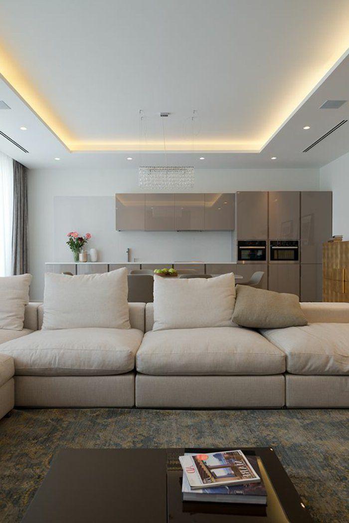joli salon avec eclairage indirect plafond avec canape beige