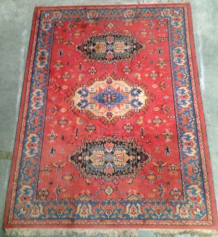 tapis d orient fait main, motifs central , couleur dominante rouge . XX siècle .