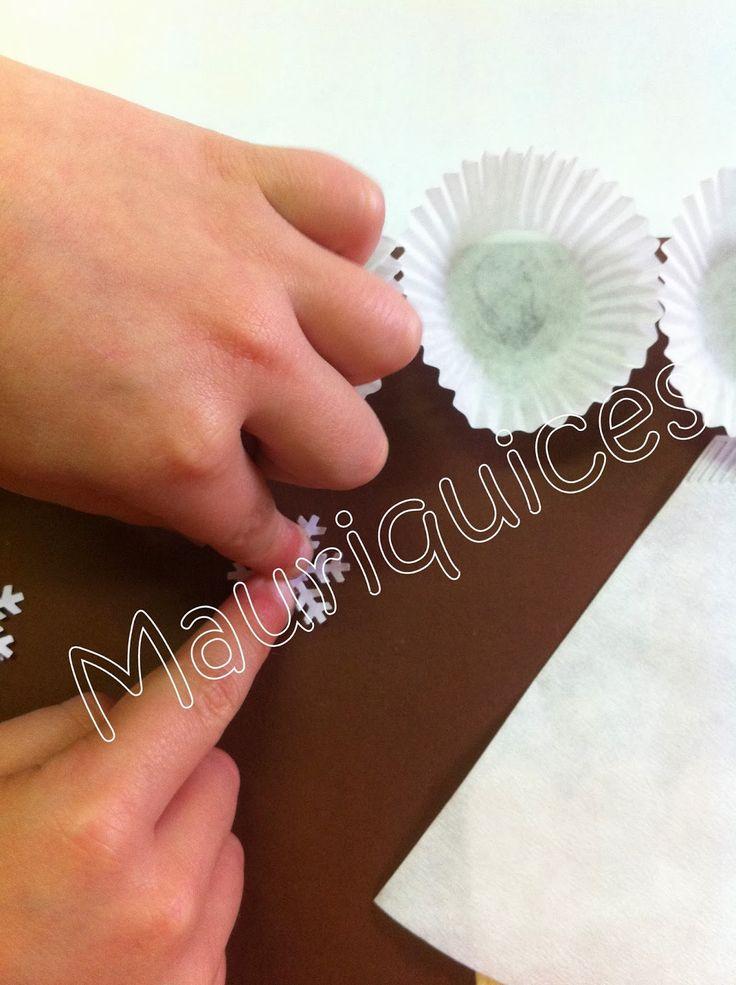 Numa cartolina castanha colámos pedacinhos de folhas de revista, representando assim o chão. Utilizámos espátulas de madeira para as p...