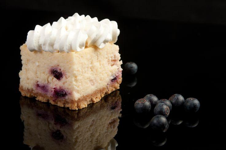 Una combinación de sabores que no puedes dejar de probar. Delicioso cheesecake de limón con un toque delicioso de mora azul.