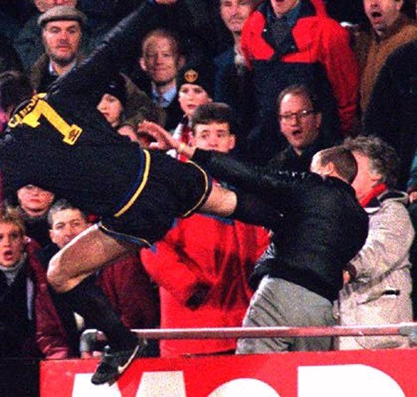Cantoná en el Manchester United contra Crystal Palace. Patada asesina a un espectador.