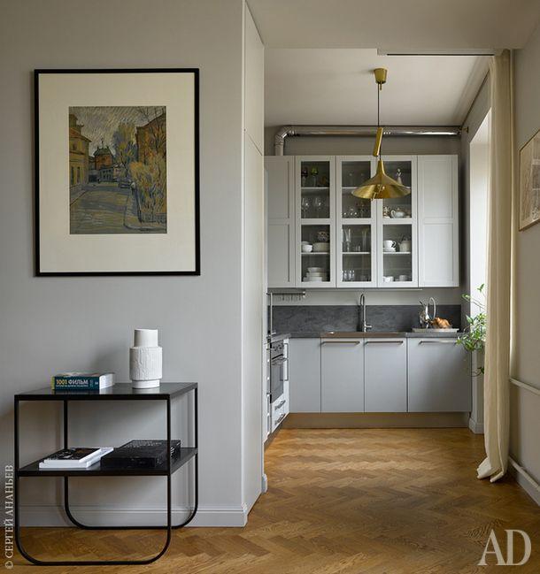 Расцветка кухни из Ikea удачно совпала с цветом стен. Столик, Asplund, и светильник из магазина Archivestore.