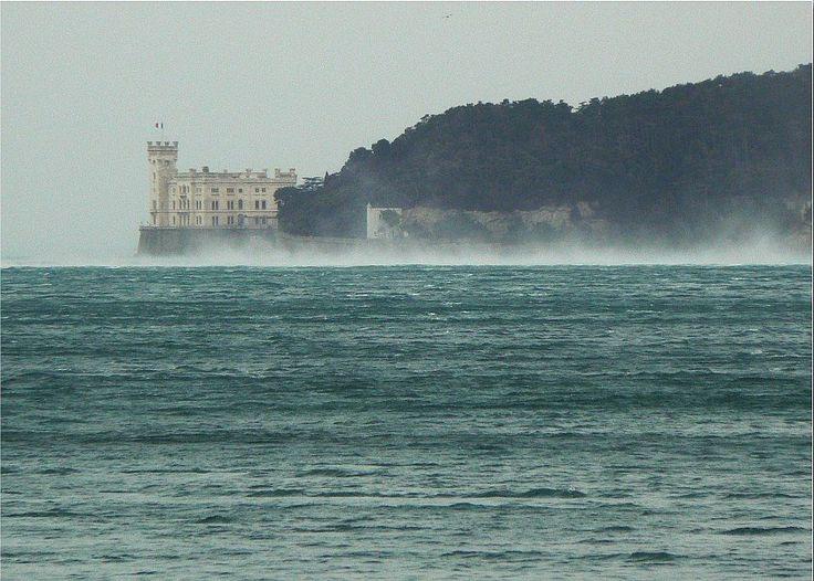 Il Castello di Miramare da Barcola con la Bora