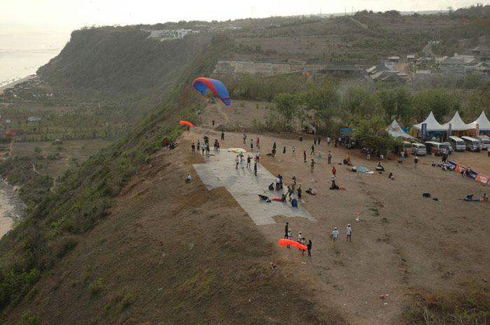 Terbang menuruni bukit dengan terjun payung di Indonesia