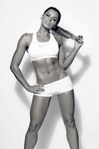 Du gehst ins Fitness Studio um deinen Körper zu straffen, aber du weißt nicht so recht wie du trainieren sollst. Am besten wäre eine Kombination aus Widerstands- und Gewichtstraining, Cardio und Stretching, die dir hilft deine Muskeln zu straffen und deinen Körper so zu formen wie du ihn haben möchtest. Der folgende Trainingsplan für Frauen ist genau darauf abgestimmt.