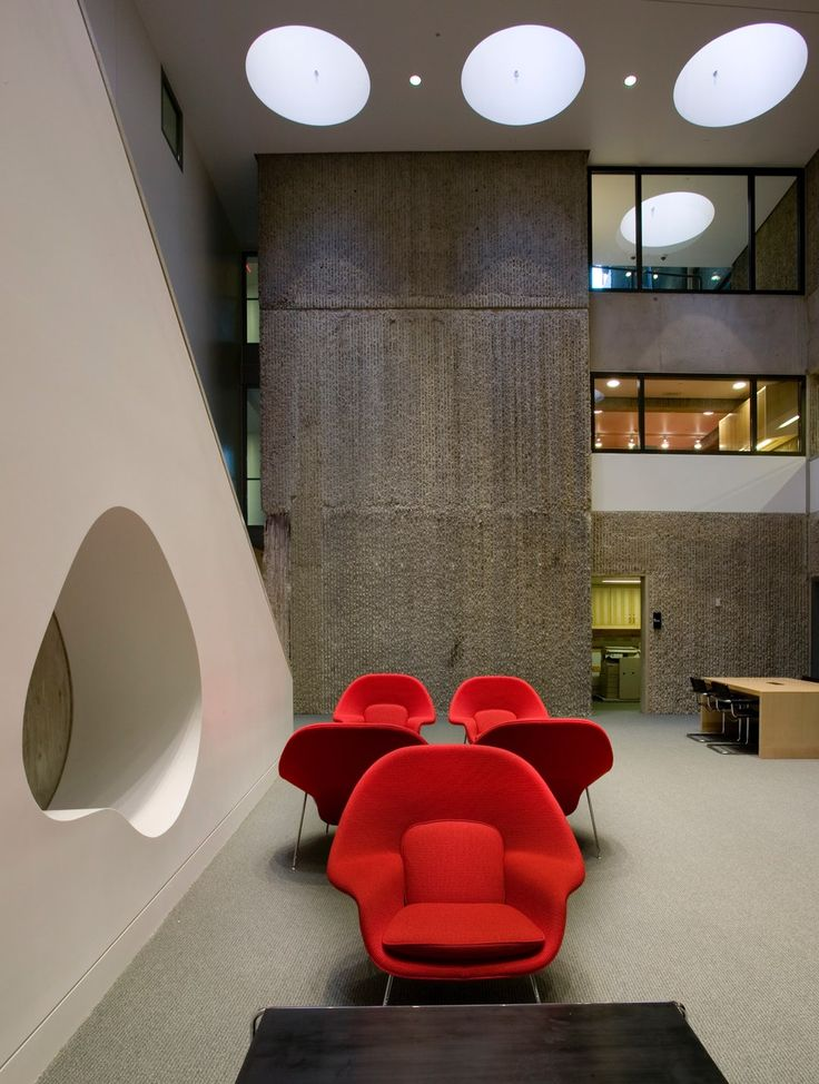 Der Eero Saarinen Womb Chair aus dem Jahr 1948, ist die perfekte Sitzgelegenheit für Lounge und Lobby.  https://modecor.com/Eero-Saarinen-Womb-Chair-in-Rot