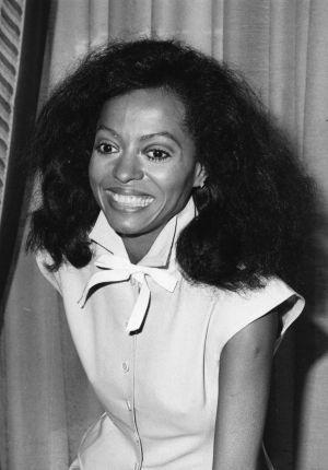 Tendências das décadas1980  Quanto maior o seu cabelo, melhor. Permanentes foram o hit de 1980, junto com o laquê. Valia tudo para aumentar o volume dos fios.