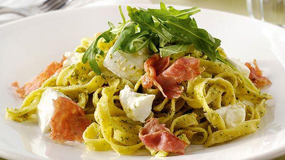 Voici un plat qui est aussi bon chaud que froid. Une salade de pâtes idéale pour le lunch, pour un pique-nique, ou en accompagnement d'un barbecue.