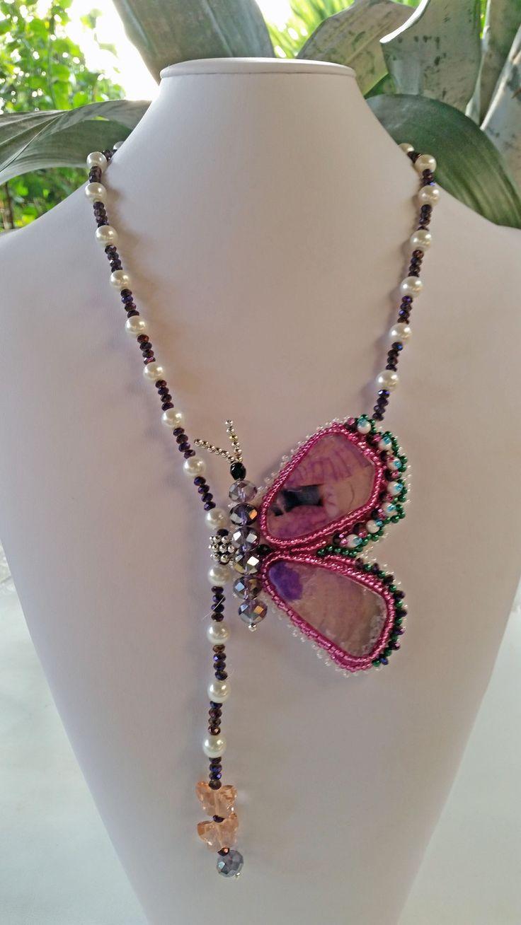 collana con decoro farfalla di agata ametista incastonate con ricamo di perline e cristalli. Perle bianche di vetro : Collane di giujoux