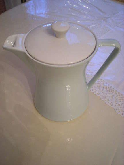Bild 1: Lilienporzellan Kaffeekanne Nr. 60, eine unbeschädigte Kaffeekanne Nr. 60 mit Deckel grün gestempelt, Austria in der Mitte, grüner Punkt 14,90