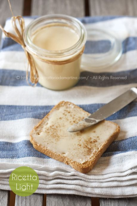 Un'idea molto originale e gustosa. Una crema di miele ottenuta montando due mieli dalla consistenza diversa, ottima da spalmare sul pane a colazione.