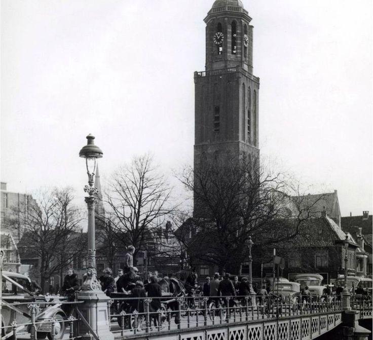 Peperbus met op de voorgrond de brug naar de Luttekestraat [Zwolle]