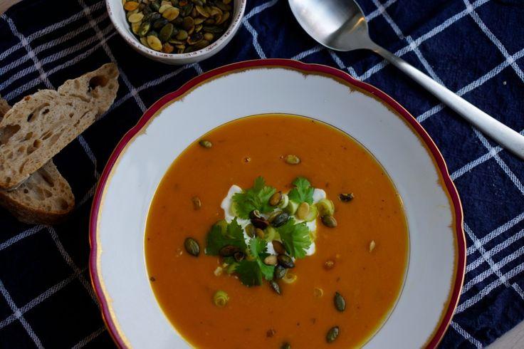 Fem skønne efterårsopskrifter med græskar: Græskarsuppe med rød karry og kokosmælk