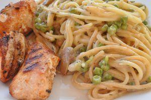 Grillet marineret kylling serveret til lækker cremet pasta med fløde, ærter, skalotteløg og ost. En lækkerbisken året rundt men perfekt tilbehør til grillretter