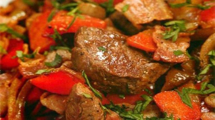Мясо по-императорски - действительно императорское блюдо, которое несомненно будет главным украшением вашего праздничного стола