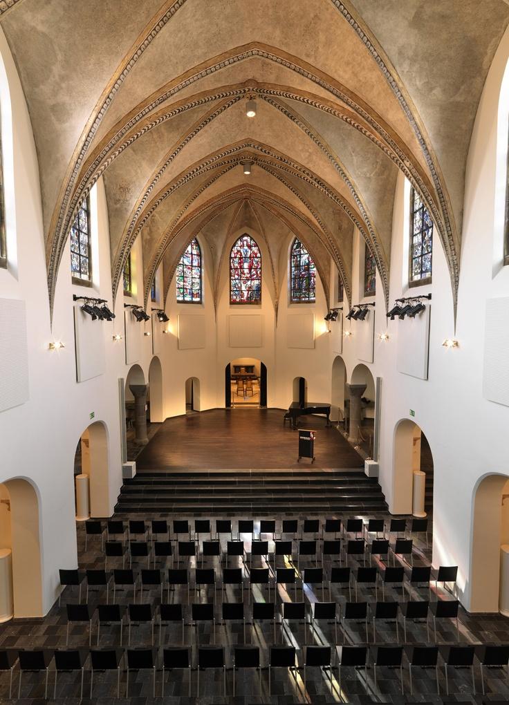 Mariaweide. Het Concertpodium vindt als nieuwe bestemming in het behouden gebleven karakter van de kapel een gespreid bed om aan haar cultureel muzikaal programma invulling te geven.  De ingetogen architectuur van het interieur van het podium is in stilte alom aanwezig.