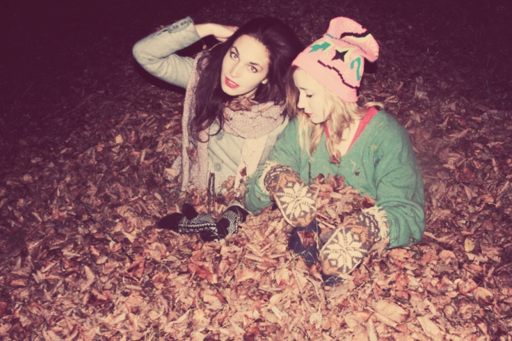 cute way t take a picture of sisters or friends