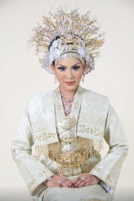 A Traditional Malay Bridal outfit. So enchantingly beautiful and exotic
