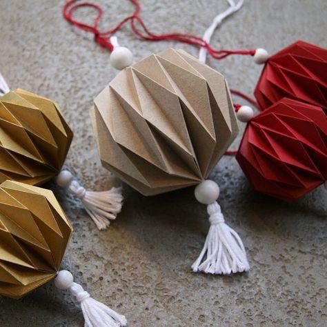 So langsam wird es auch bei mir weihnachtlich! Die Plissees, die ich zu Ostern schon einmal gemacht habe sehen in Weihnachtsfarben auch ziemlich gut aus... Eine kleine Kollektion davon gibt es jetzt bei @lokaldesignhamburg zu kaufen! #weihnachten #christmas #decoration #diy #plissee #origami #gold