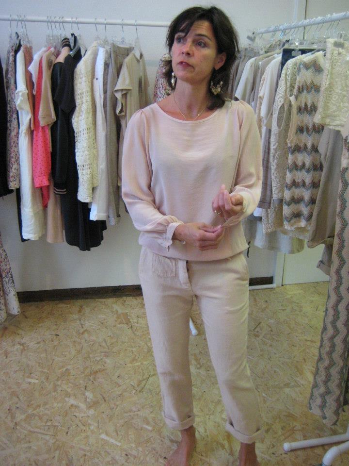 Geheel gekleed in poedertinten saai? Zeker niet, leuk het op met kleurrijke accessoires!