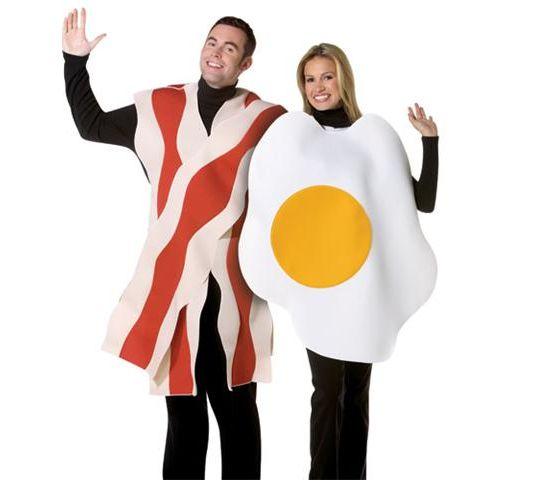Fantasia para casal, bacon e ovo frito.
