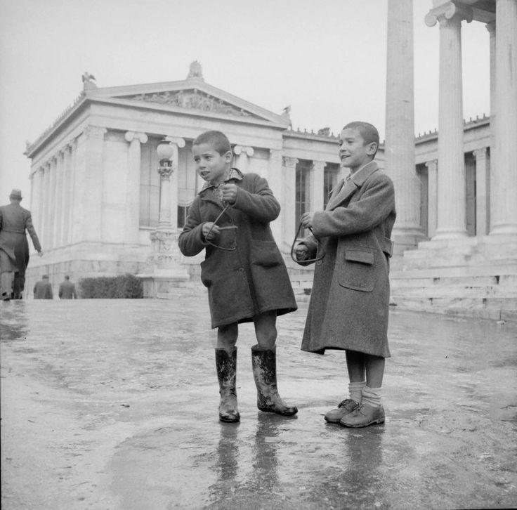 Κάλαντα Αθήνα 1950! Φωτογραφία από το Μουσείο Μπενάκη!!  Athens 1950...