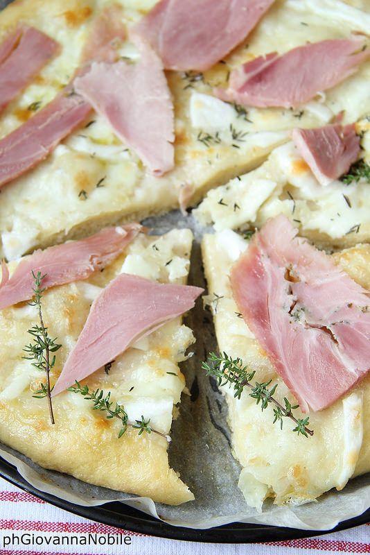 Pizza di grano kamut con prosciutto cotto al basilico, mozzarella e timo