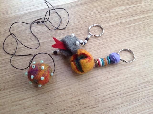 Om du vill ha en öppning i kulan, klipp med vass sax. Dekorera med pärlor, knappar eller något annat skoj. Sätt dit en nyckelring eller en snodd om du vill ha ett halsband. Lycka till!