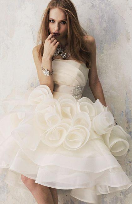 No.66-0027 立体的なフォルムが美しいカーブを描く、フレアーをたっぷりあしらったドレスは、ミニドレスとの2WAY。動きにあわせてゆれるフリルがエアリーでゴージャスな1着