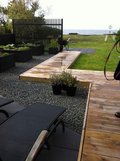 Voici une idée d'allée en bois surélevée qui permet de délimiter les espaces.