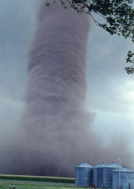One of the scariest tornada pics I've seen, from Kansas 1996 - Imgur