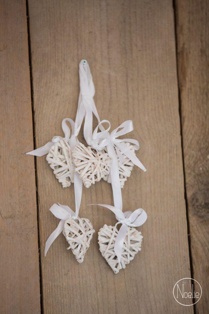 Setje van 5 mini rotan hartjes.    Perfect als bedankje voor op jullie bruiloft!    materiaal: Rotan / Rattan  kleur: wit  afmetingen: 5x5 cm  lengte lint: 8 cm