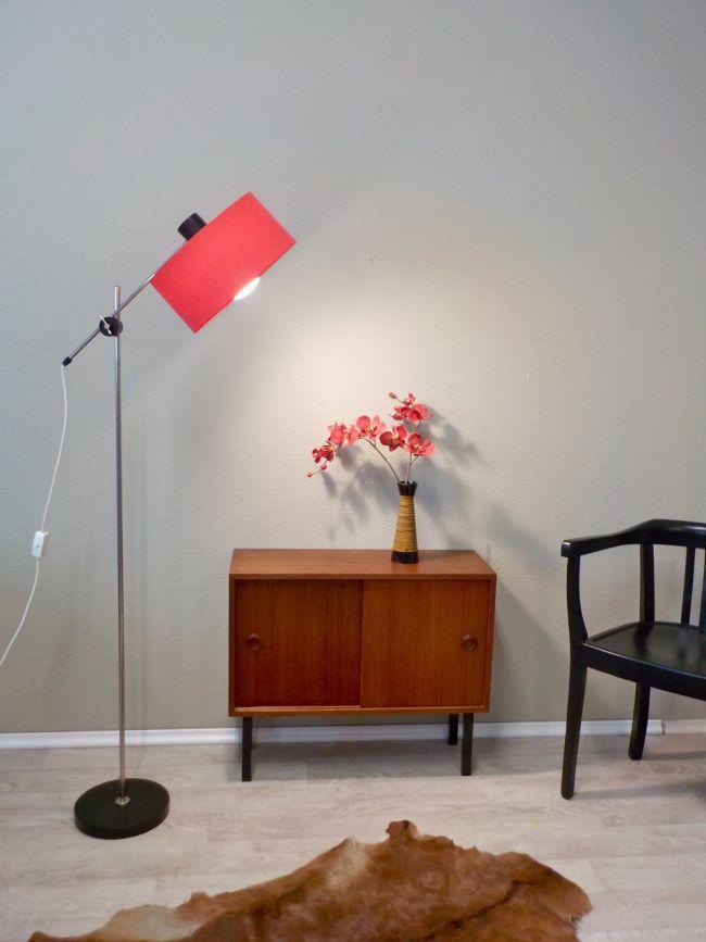 Diese schöne Stehleuchte könnt Ihr jetzt auch online kaufen: Vintage Stehleuchte, schwenkbar und höhenverstellbar, mit Satt-Rotem Schirm... #VintageStehleuchte #Stehlampe #RetroStehleuchte #Stehleuchte #StehleuchteRot #RetrosalonKöln #Retrosalon #Vintagemöbel #vintagefurniture #vintage #Upcycling #interiordesign #interior #Inneneinrichtung #Einrichtung #Inneneinrichter #Köln